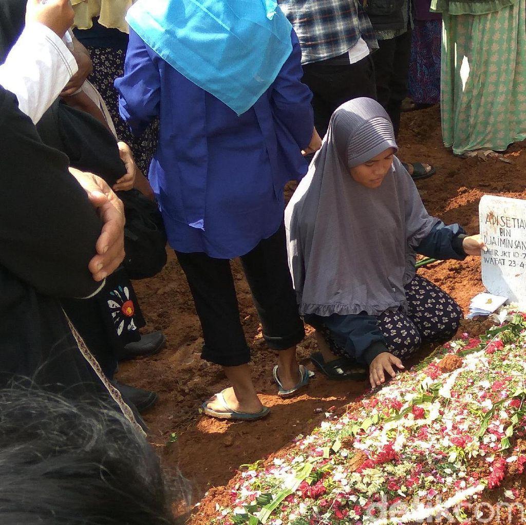 Isak Tangis Keluarga Iringi Pemakaman Pendaki yang Tewas di Dieng