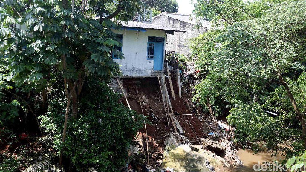 Longsor Intai Permukiman di Tepi Sungai Cilodong Depok