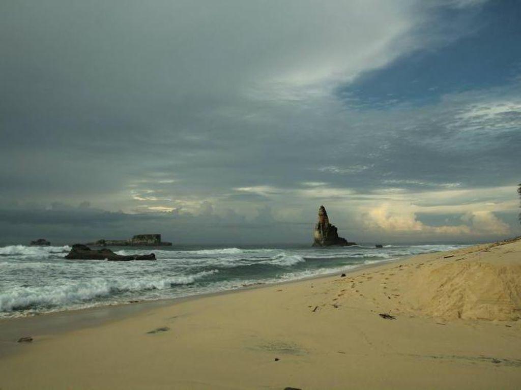 Lupakan Klayar, Ini Pantai Buyutan di Pacitan