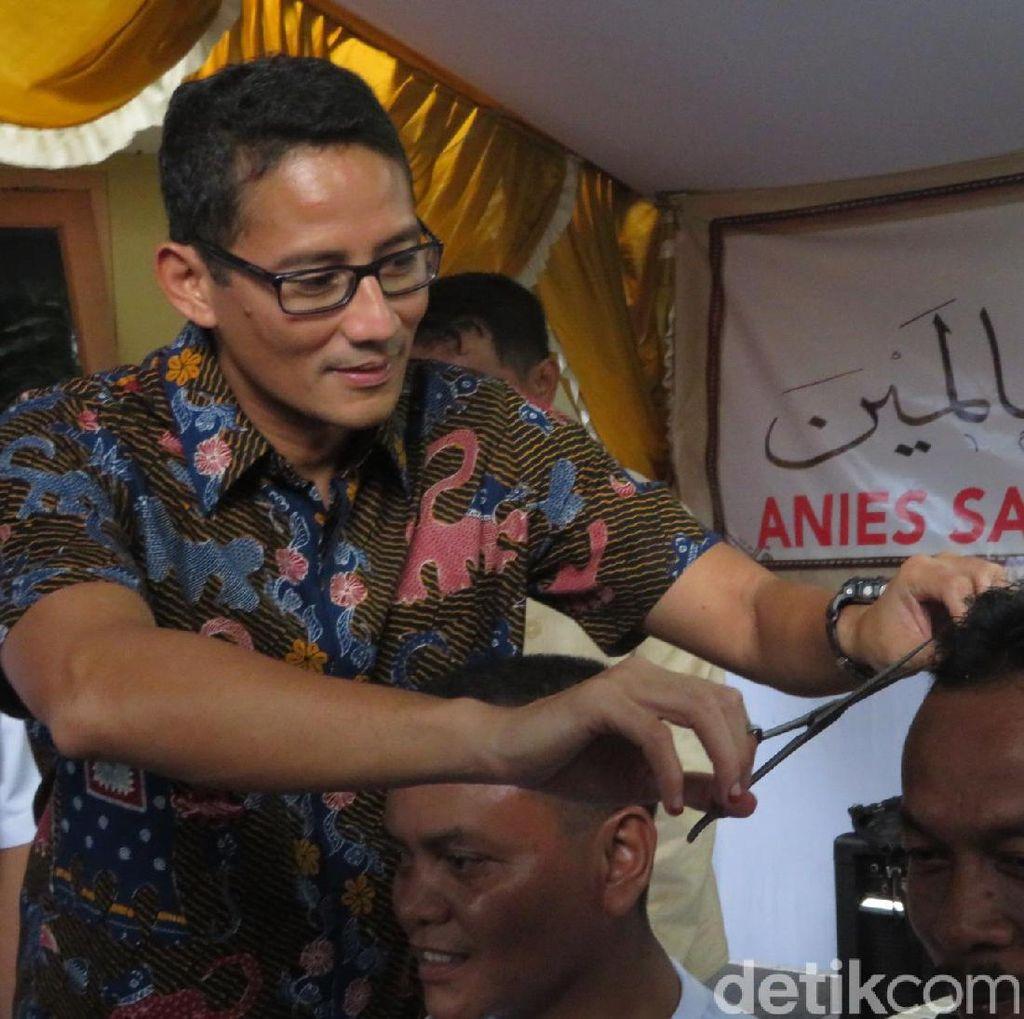 Sandiaga Cukur Rambut Pendukungnya yang Nazar di Pilgub DKI
