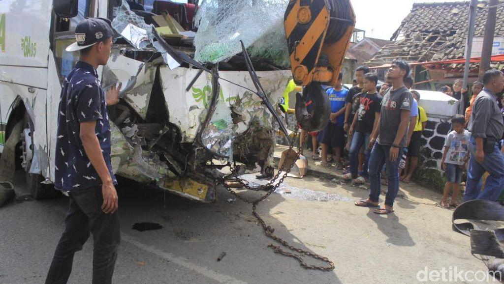 Bangkai Bus Tewaskan 2 Orang di Ciwidey Dievakuasi