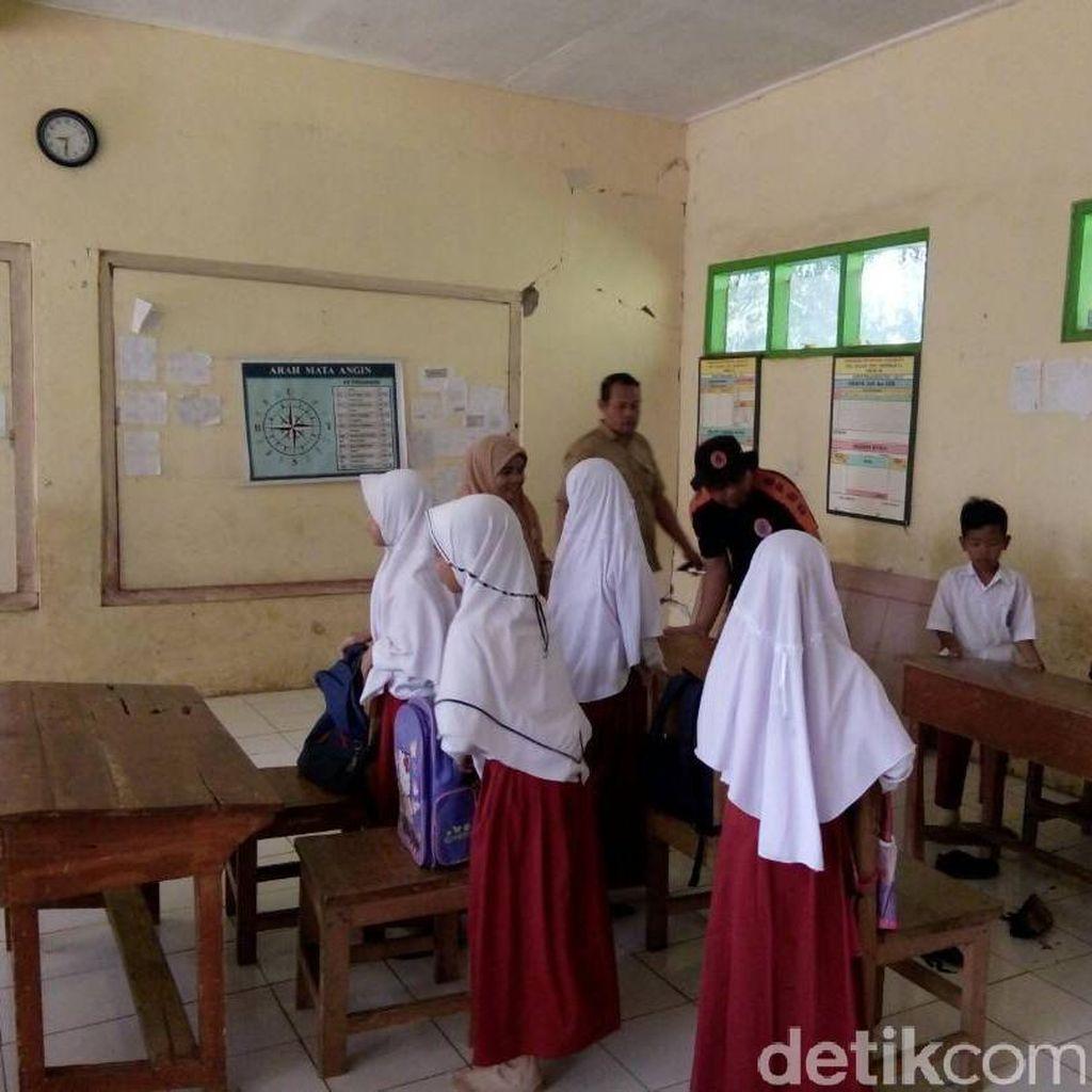 Siswa Tasikmalaya Cemas Belajar di Kelas Retak Akibat Gempa