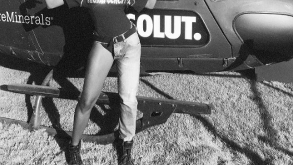 Penyanyi Ini Pakai Jeans Sebelah Kaki di Coachella