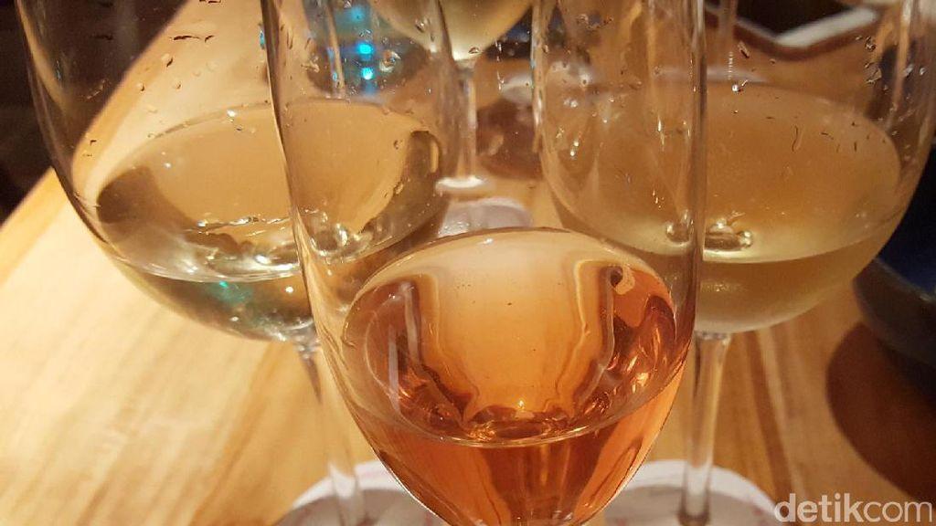 Ups! Pramugari Ini Ketahuan Menuang Kembali Sisa Champagne ke Botolnya