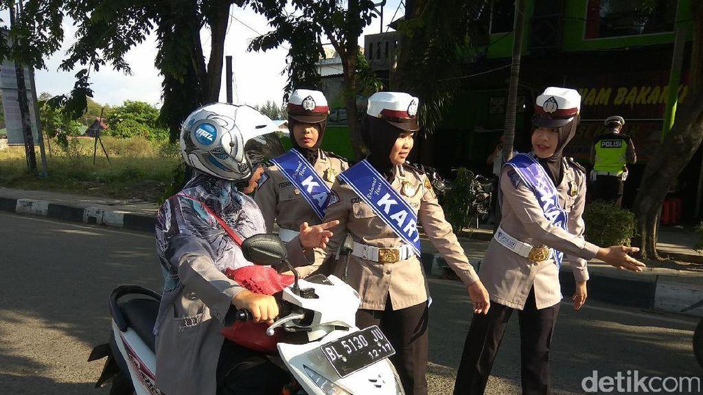 Cegah Curanmor, Polwan di Banda Aceh Bagi-bagi Gembok