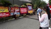 Balai Kota DKI Penuh Karangan Bunga