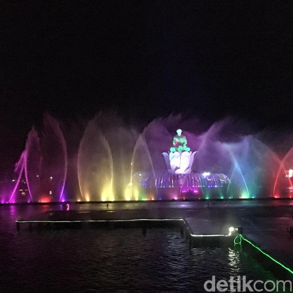 Jokowi dan Bupati Dedi Nonton Pertunjukan Air Mancur Sri Baduga