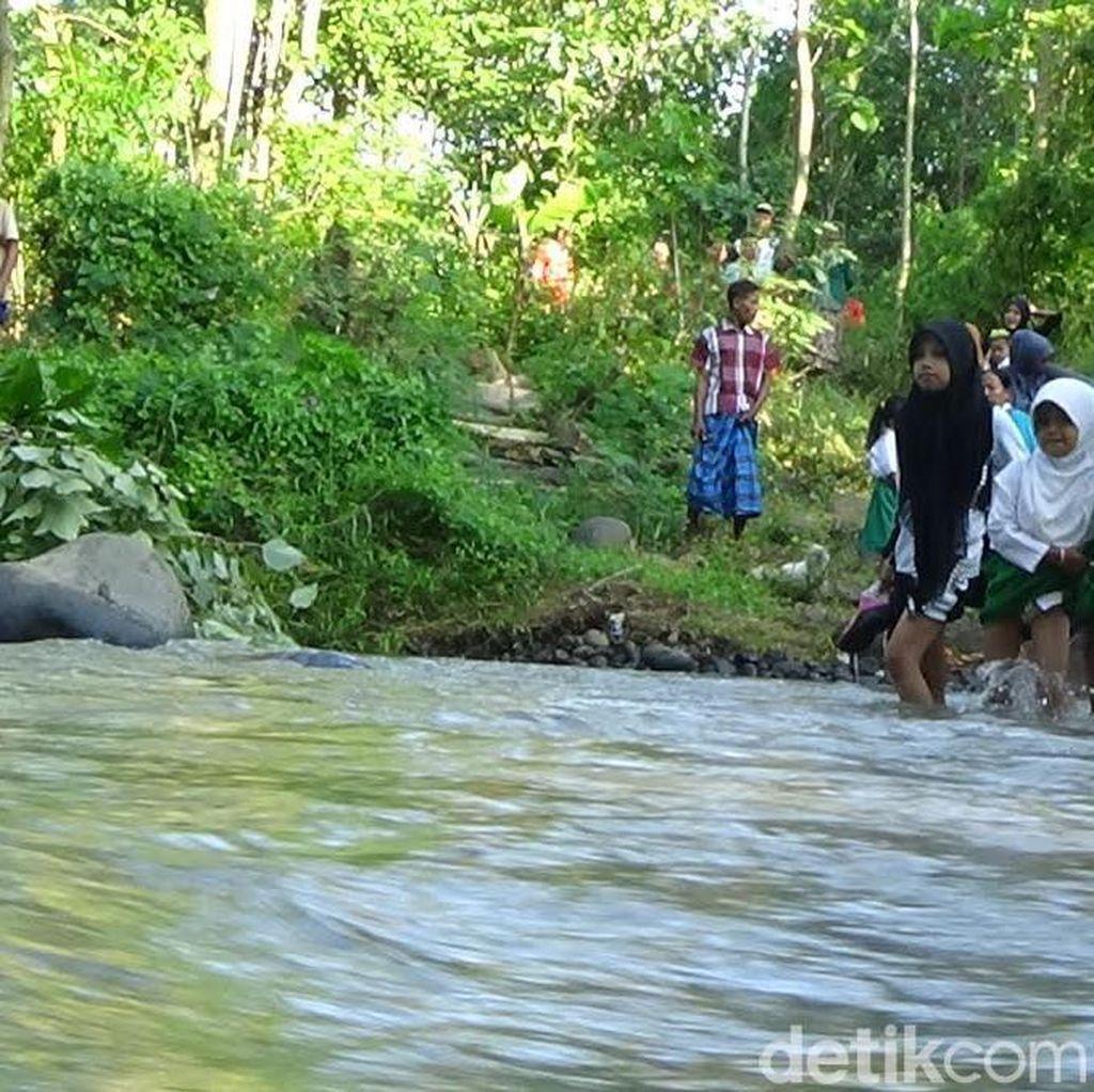 Ini Kata Pemkab Probolinggo Soal Siswa Bertaruh Nyawa Sebrangi Sungai
