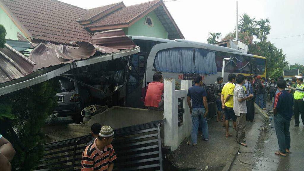 Bus Seruduk 2 Rumah Warga di Kuansing Riau, Tak Ada Korban Jiwa