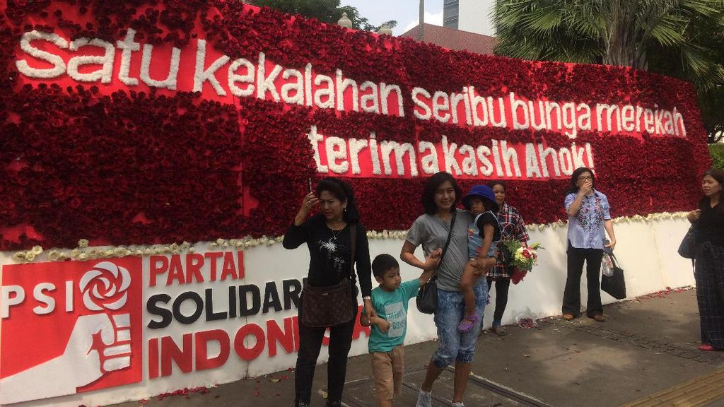 Karangan Bunga Megah dari PSI untuk Ahok Jadi Objek Foto Warga