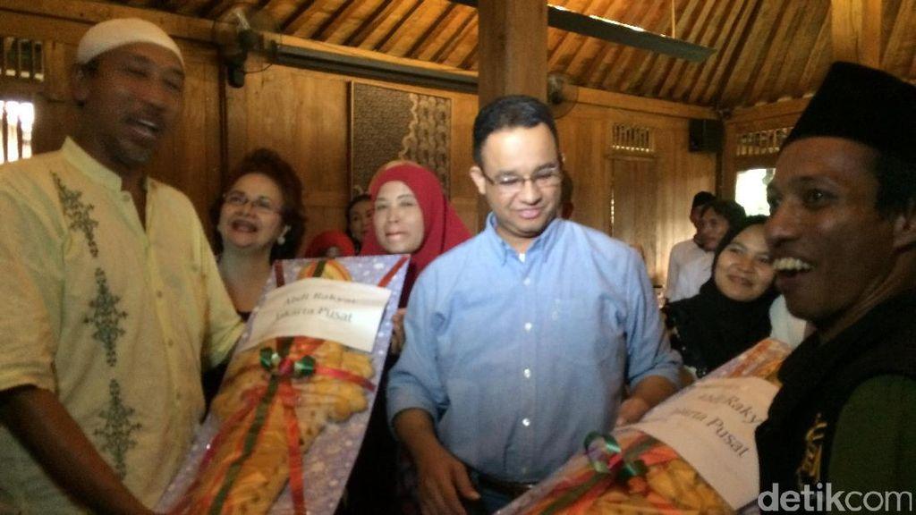 Relawan Bawa Tumpeng dan Roti Buaya ke Rumah Anies