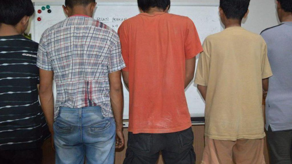 Lima Pria Dicokok Polisi Saat Pesta Sabu di Masjid Raya Makassar