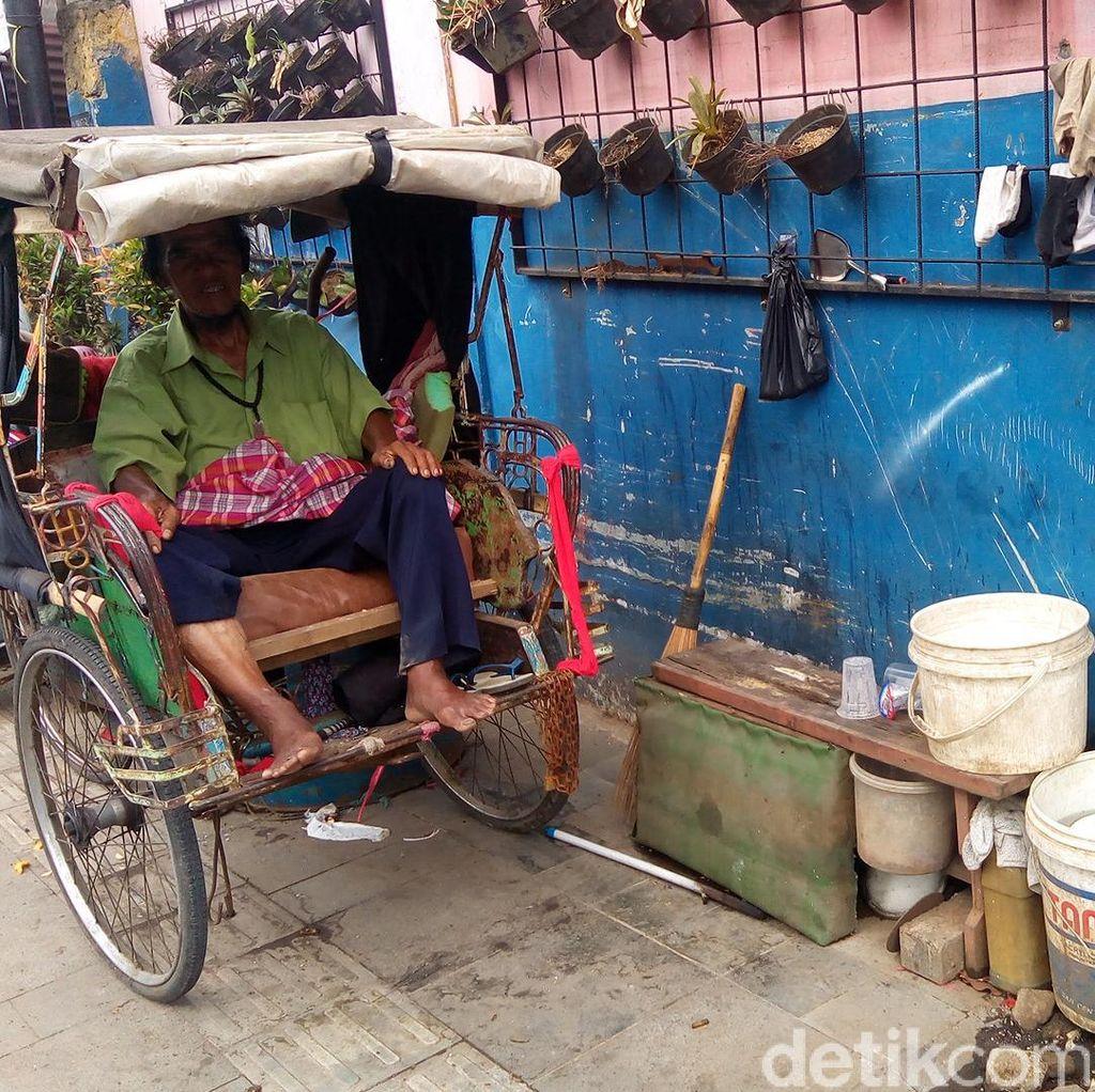 20 Tahun Ade Jadi Manusia Becak di Bandung