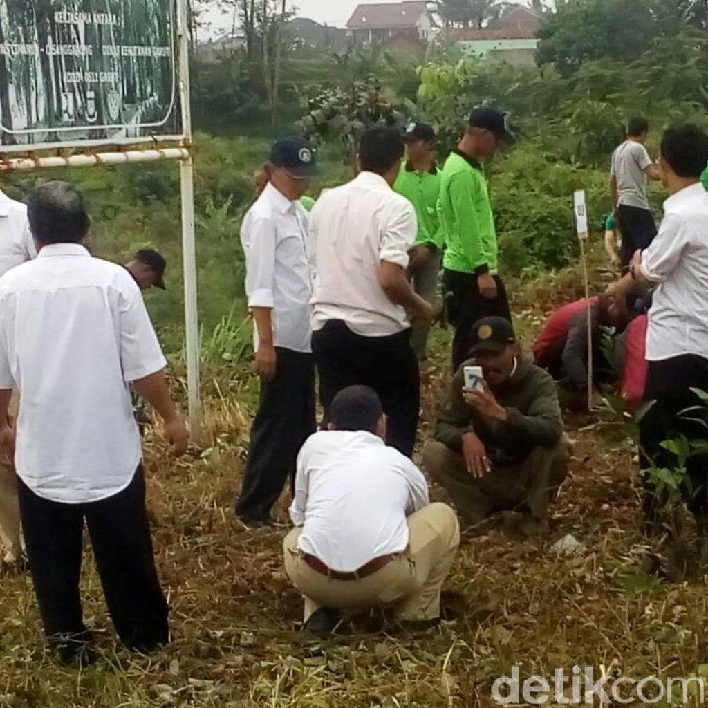 TNI di Garut Tanam Ratusan Bibit Pohon di Lahan Bekas Banjir