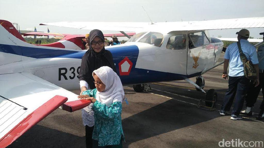 Gembiranya Siswa Tuna Netra Meraba Pesawat di JIAS 2017