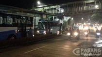 Terjebak di Busway, Pengendara Angkat Motor Lewati Separator