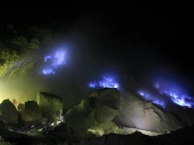Blue Fire Kawah Ijen yang Begitu Fenomenal