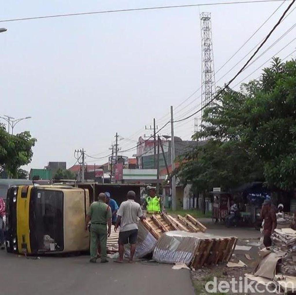 Truk Muat Kertas Terguling Sempat Macetkan Jalan Tanjungsari