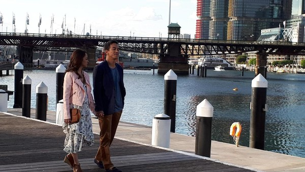 Secuplik Adegan Romantis BCL dan Joe Taslim di Darling Harbour Sydney