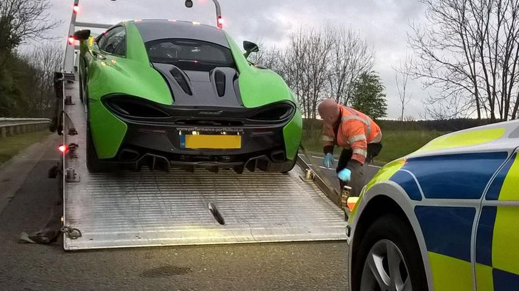 Melaju Terlalu Pelan 3 Pengendara Mobil Sport Ditilang Polisi