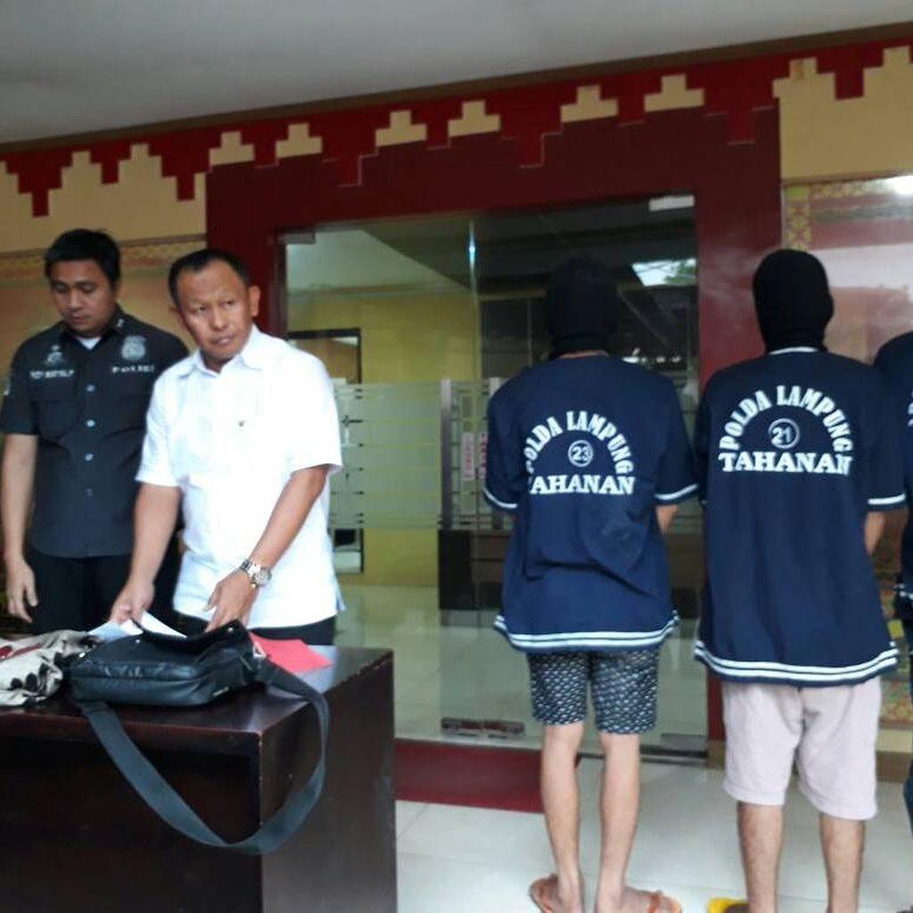 Polisi Tangkap Pencuri Mobil Bermodus Pintu Goyang dan Gembos Ban