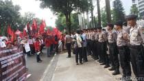 Aksi di Kementerian BUMN, Massa KSN Kecewa Tak Bertemu Menteri Rini