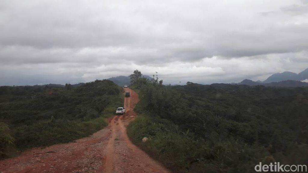 Off-Road di Jalan Paralel Entikong Sepanjang 12 Km