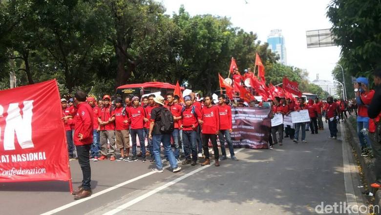 Buruh Gelar Aksi di Depan Balai Kota, Lalin ke Patung Kuda Macet