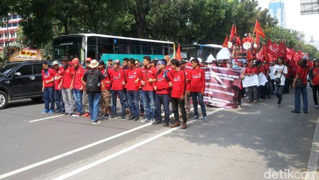 Buruh Gelar Aksi di Depan Balaikota, Lalin ke Patung Kuda Macet