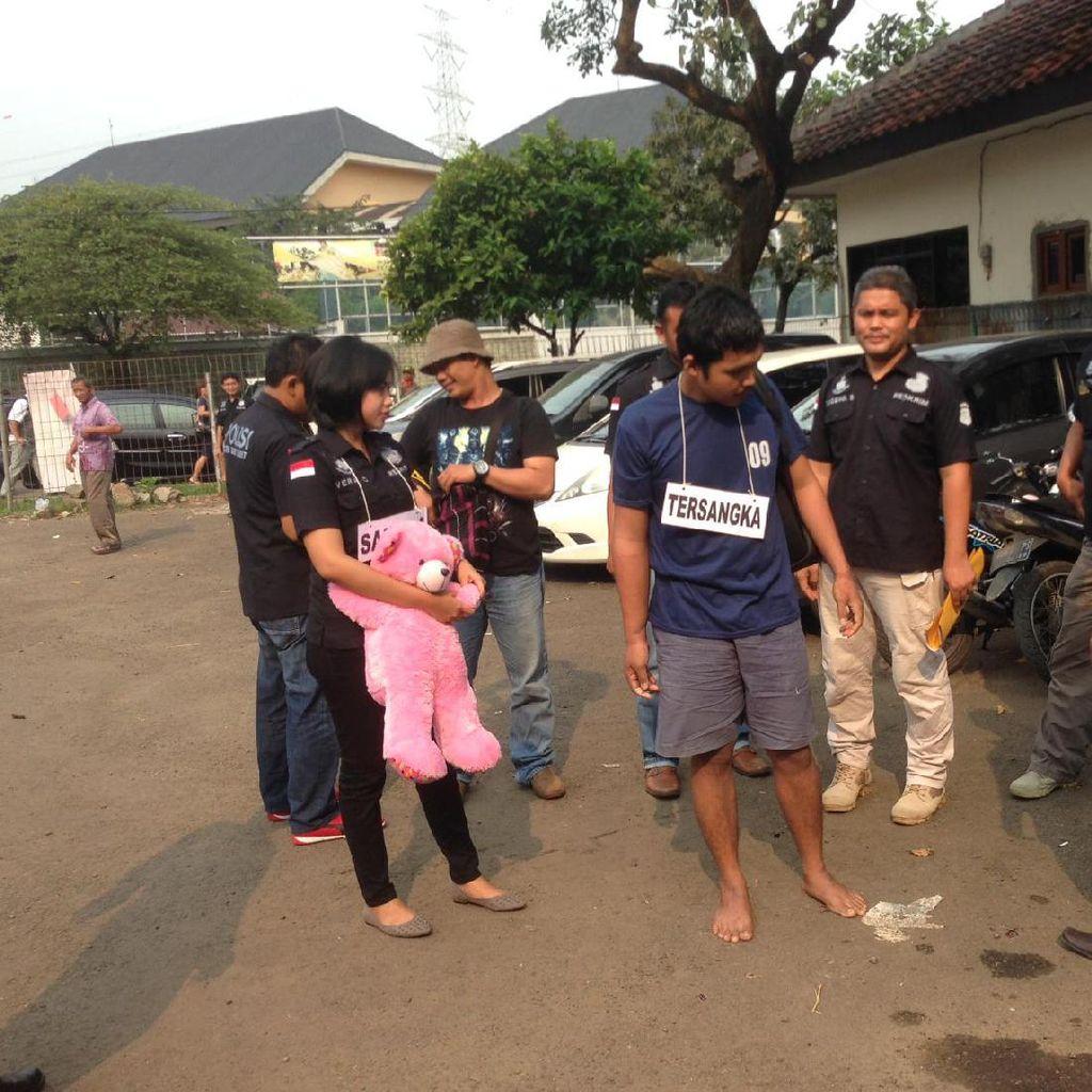 Pelaku dan Aiptu Sunaryanto Rekonstruksi Penodongan di Angkot