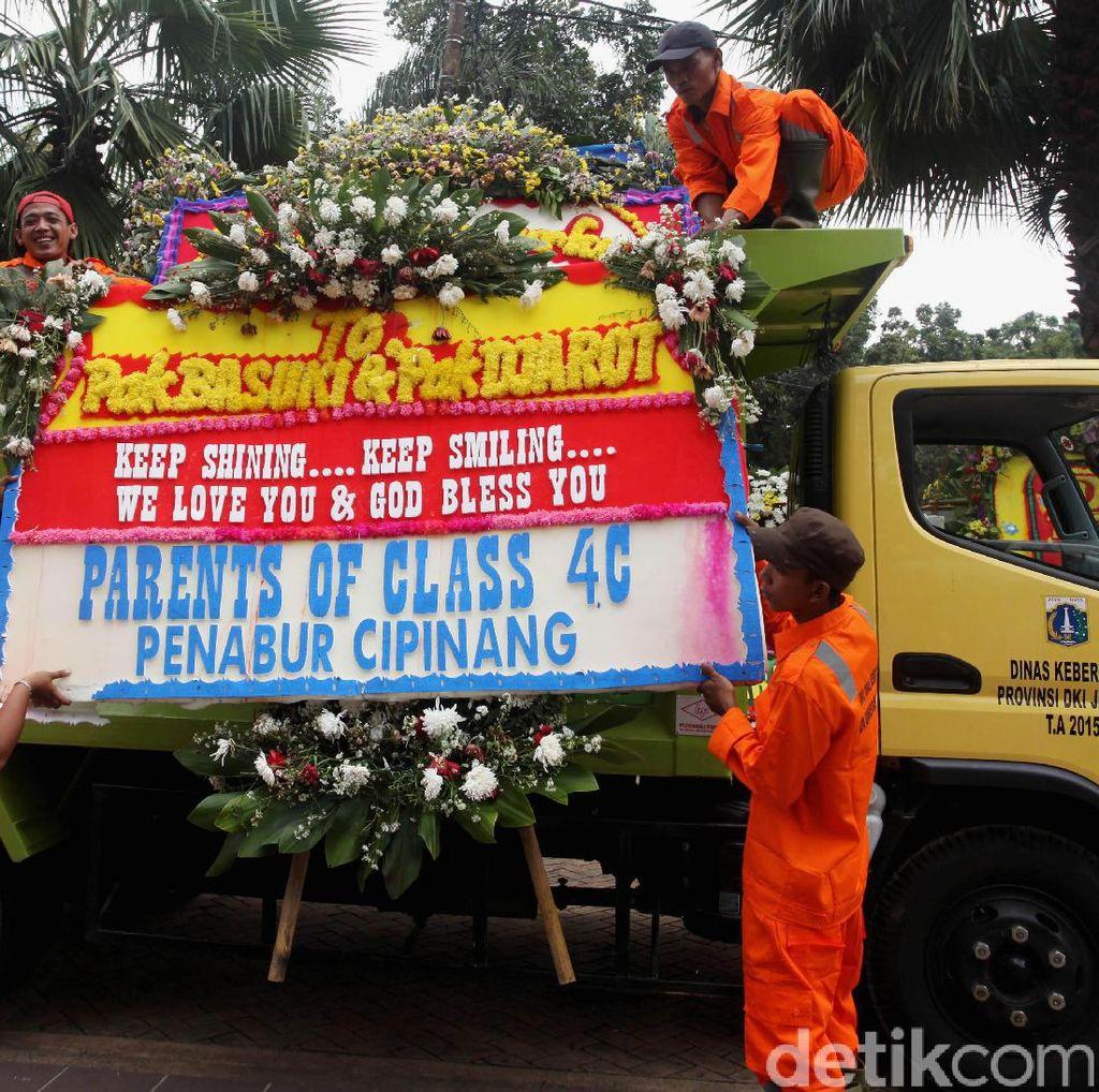 Sebagian Karangan Bunga Ahok Dipindah ke Monas