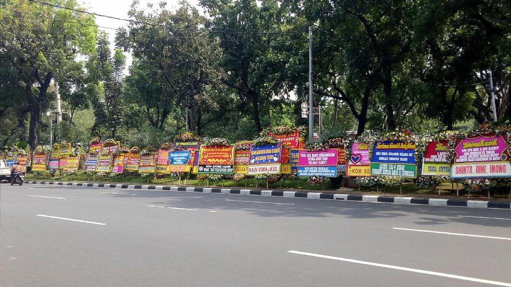 Balai Kota Tak Muat Tampung, Karangan Bunga Ahok Meluber ke Jalan
