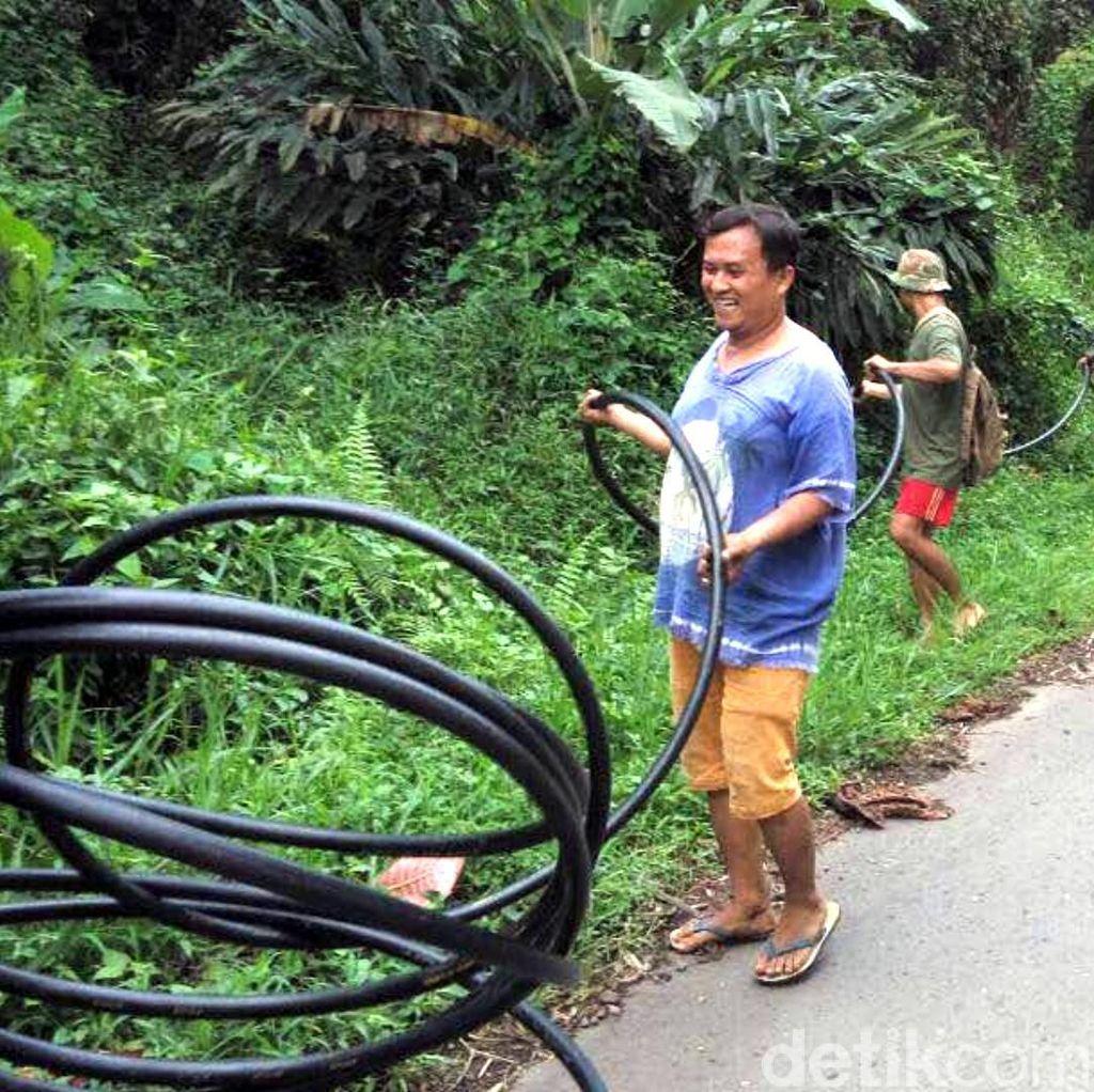 Polisi di Cianjur Alirkan Air Bersih Ke Perkampungan Warga