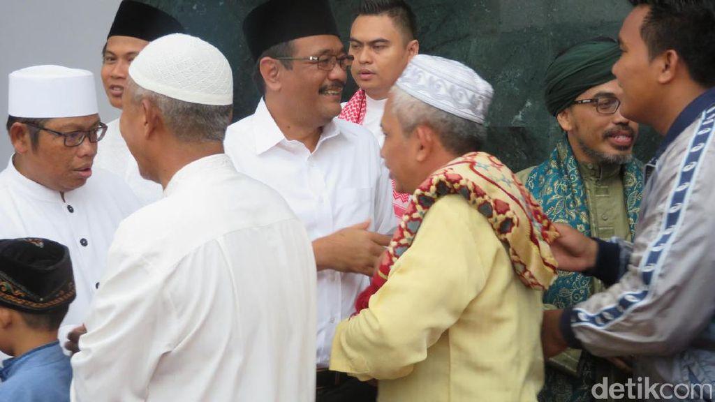 Djarot Khusyuk Dengarkan Khotbah Jumat di Masjid Raya Jakarta