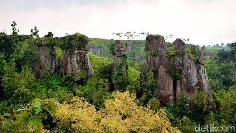 Betoh Soon adalah destinasi baru yang bisa traveler kunjungi di Bondowoso. Penampakannya mirip dengan Stonehenge dari Inggris. Batu-batu besar tersusun saling bertumpuk satu sama lain. Sampai sekarang belum ada yang tahu mengapa batu tersebut tersusun seperti itu (Narulita/detikTravel)