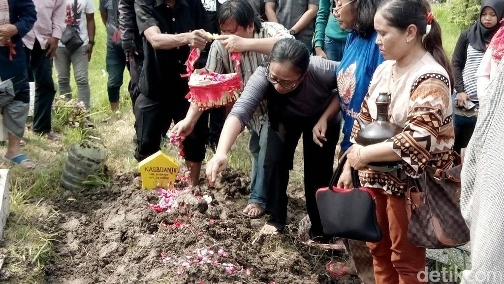 Pelawak Bambang Gentolet Dimakamkan di TPU Babat Jerawat