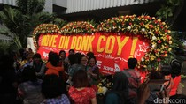 Karangan Bunga Ayo Dukung OKE OCE di Balai Kota Dirusak