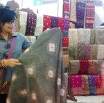 Putus Sekolah, Wanita Ini Bisnis Songket Beromzet Rp 200 Juta/Bulan
