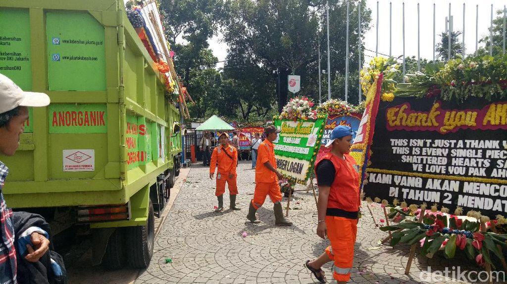 Pasukan Oranye Mulai Angkut Karangan Bunga dari Balai Kota ke Monas