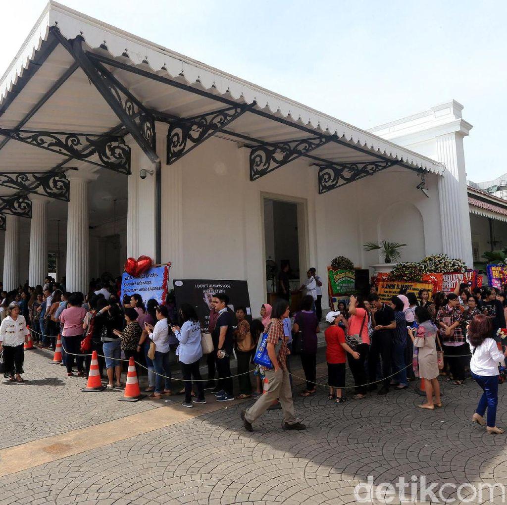 Antusiasme Warga Masih Membludak di Balai Kota