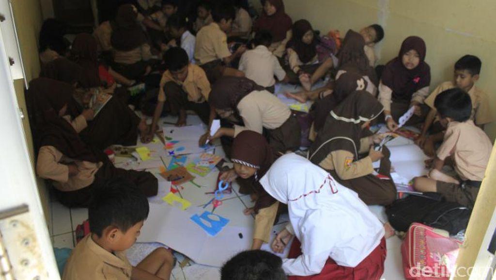 Sekolah Kebanjiran, Siswa SD Andir Baleendah Belajar di Pengungsian
