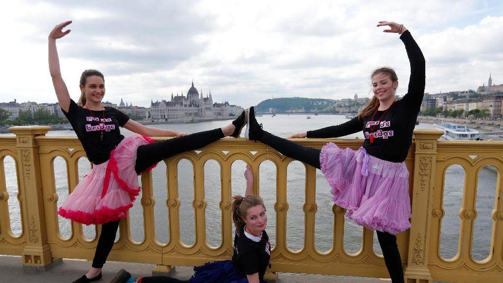 Penari Muda Hungaria Ramaikan Hari Dansa Sedunia