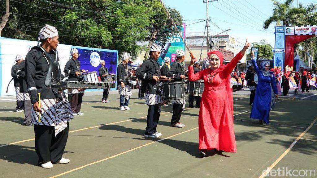 Uniknya Lansia Ikut Festival Marching Band Etnik Ala Banyuwangi