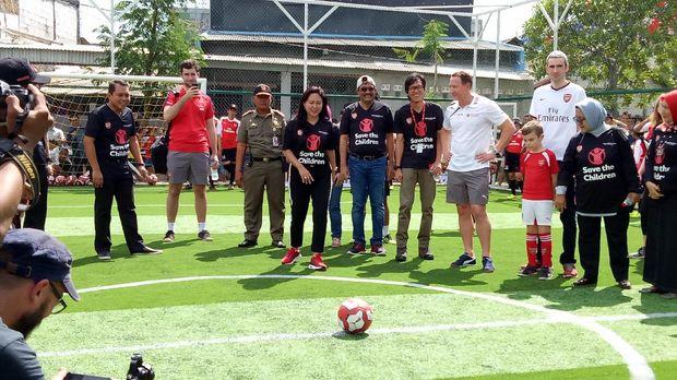 Djarot dan istri futsal ditemani legenda Arsenal saat di RPTRA Semper.