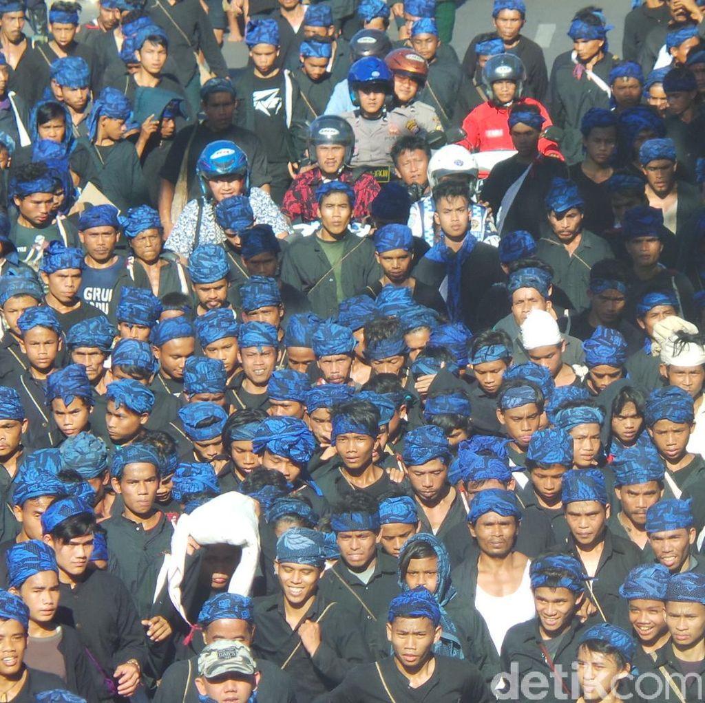 Ribuan Warga Baduy Sesaki Jalanan Kota Serang Menuju Kantor Gubernur