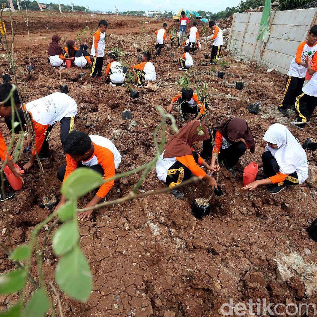 Ratusan Siswa SD Menanam Pohon