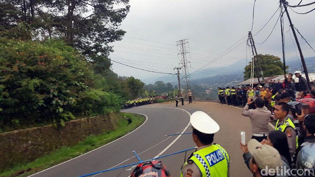 Polisi Olah TKP Kecelakaan Bus Maut Ciloto Puncak Pakai Drone