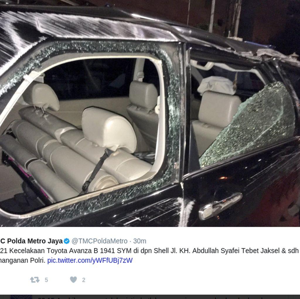 Mobil Minibus Alami Kecelakaan Tunggal di Tebet