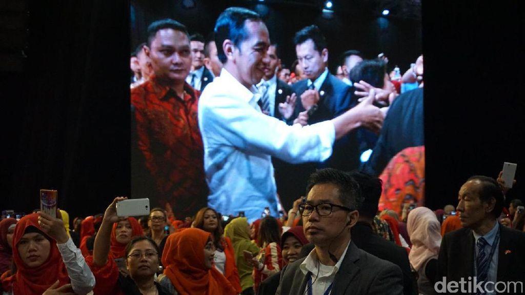 Haru WNI di Hong Kong Sambut Kedatangan Jokowi