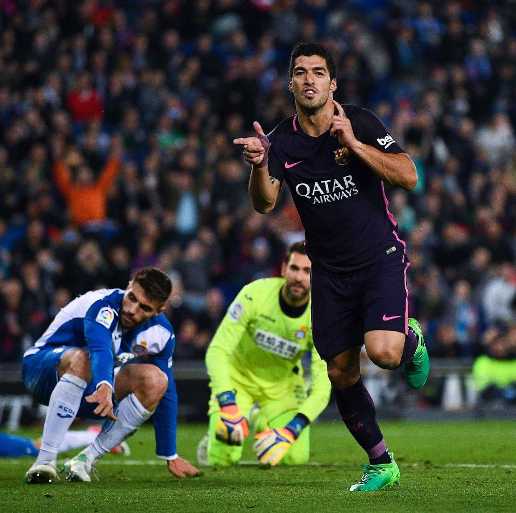 Suarez Dua Gol, Barcelona Atasi Espanyol 3-0